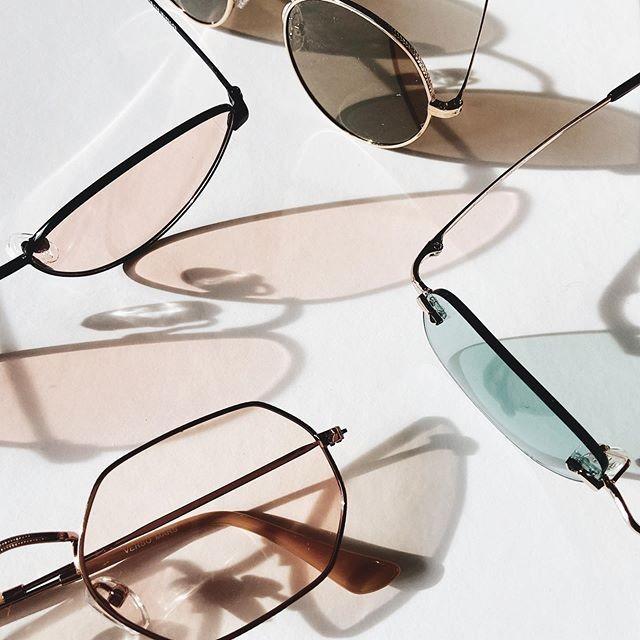 כשהוויקאנד מגיע ואנחנו לא מצליחים להחליט בין כל המשקפיים שהזמנו בבלאק.🙌🏻 כבר הכרתם את הקולקציה ההיסטרית של #verso?  קליק קטן על הביו  וההתמכרות מתחילה.✨ • • • #sunglasses #fashion #style #winter #israel